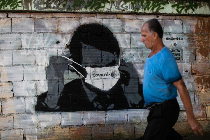 Muurschildering van Bolsonaro met mondkapje