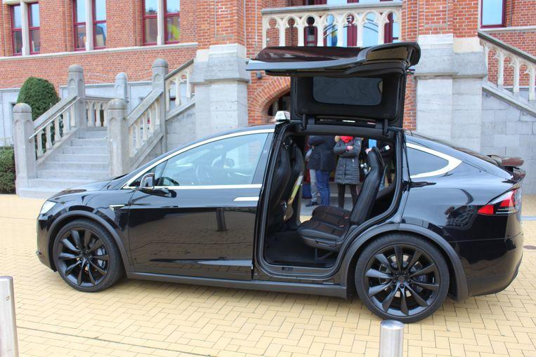 Taxi Snel is het eerste taxibedrijf in Knokke dat een elektrische wagen in gebruik neemt. In dit geval een Tesla