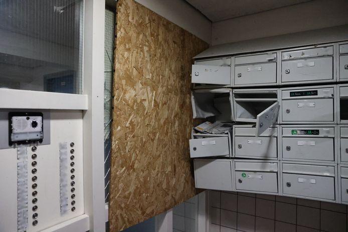 In een hal van een flat aan de Melis Stokelaan is veel schade ontstaan na een vuurwerkbom.