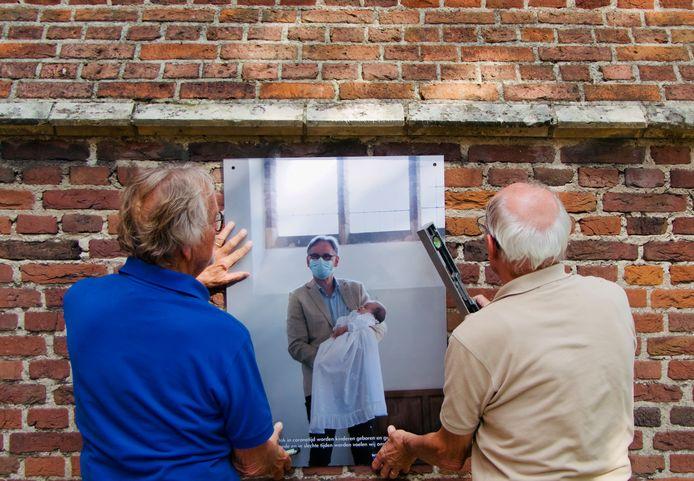 De inrichting van de kerktuin bij de Catharinakerk in Heusden, met foto's voor de expositie over het gemeenteleven in coronatijd.