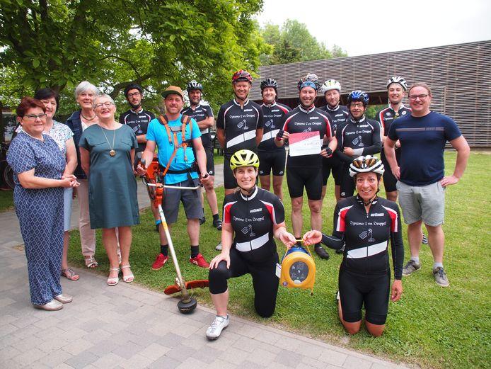 Dankzij de sponsoring door Fietsgroep Dynamo Den Druppel beschikt het vakantiecentrum nu over een AED-toestel.