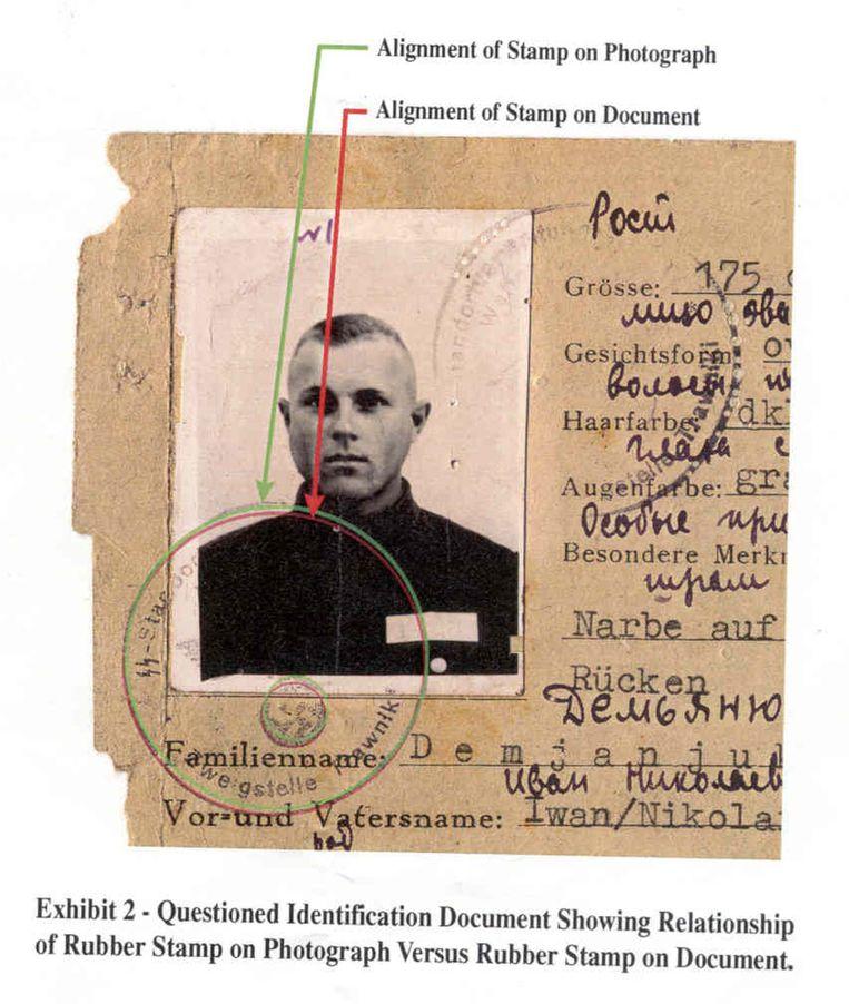 Een identiteitskaart van de SS die vermoedelijk van Iwan Demjanjuk was.   Beeld AP