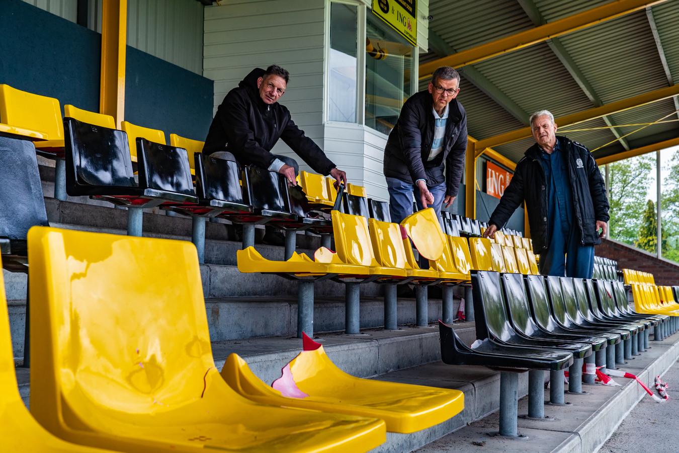 Vrijwilligers Martin Orsel, Henk Ruitenberg en Free van Voorst van Colmschate op de tribune van hun club met vernielde stoeltjes