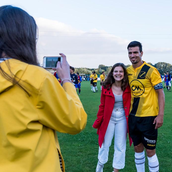 Gianluca Nijholt op de foto met een dolgelukkige fan dinsdagavond in Oudenbosch.