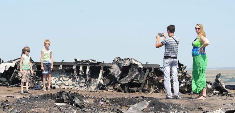 Ramptoerisme bij wrakstukken van vlucht MH17 bij het dorp Hrabove. Beeld Soner Kilinc / AA