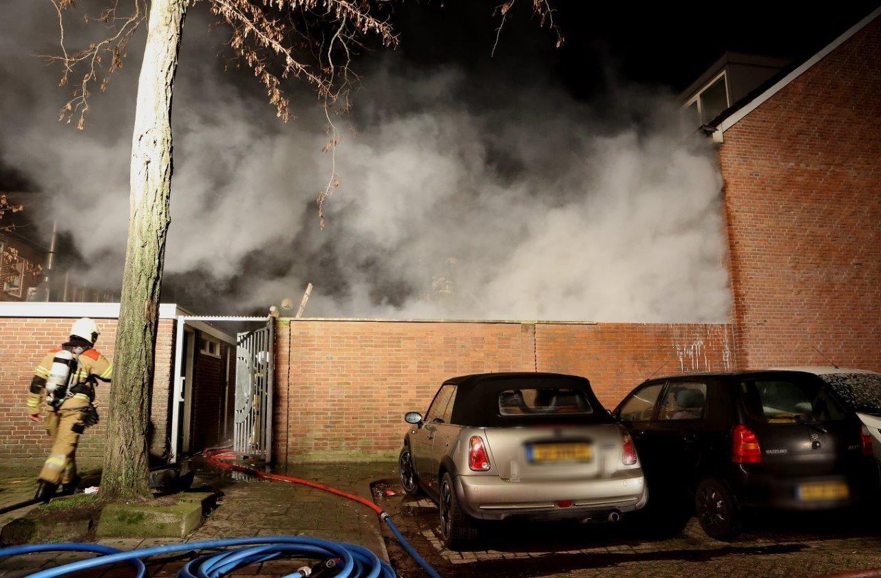 Achter een woning aan de Voltastraat in Den Bosch heeft een woning woensdagavond laat grote schade opgelopen.