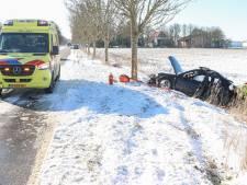 Auto glijdt van de weg en raakt boom in Luttelgeest: bestuurder gewond