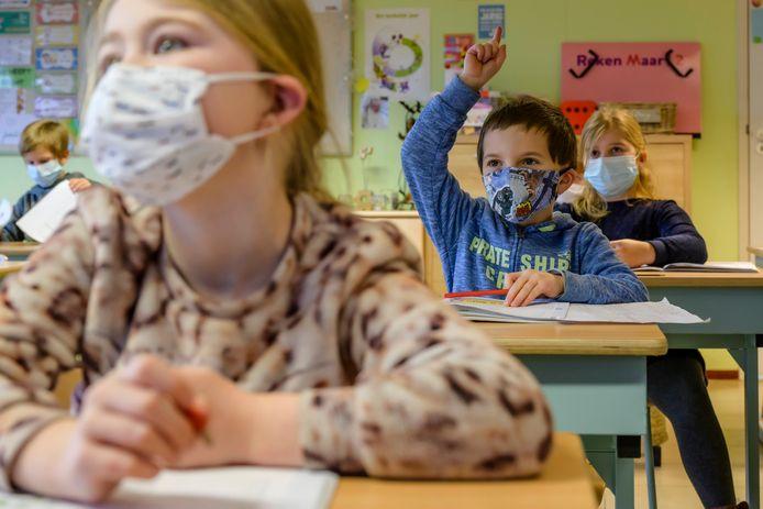 De vinger opsteken in de klas, dat gaat evengoed met een mondmasker op, zo weten ze nu in de VLEK-school.