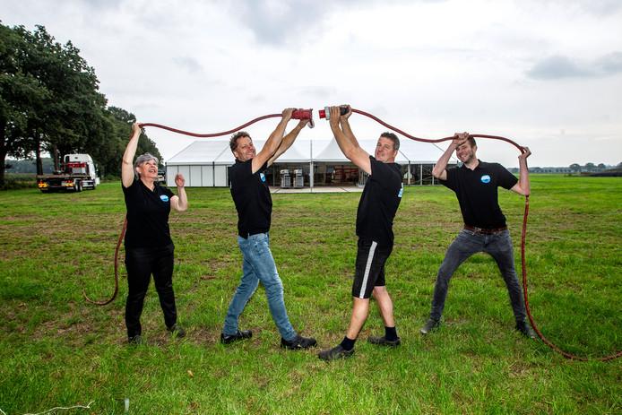 De stekker erin. Boer Mark Grootentraast (tweede van rechts) samen met Francis Nieuwenhuis, Bertrand Nieuwenhuis en Roel Berends.