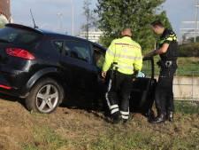 Man op de vlucht nadat hij met auto in berm in Ypenburg rijdt