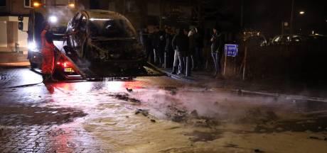 Zo'n 200 man kijkt toe hoe auto uitbrandt op beruchte kruising in Veen