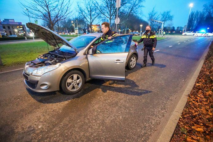 Auto botst op verkeerslicht in Eindhoven.