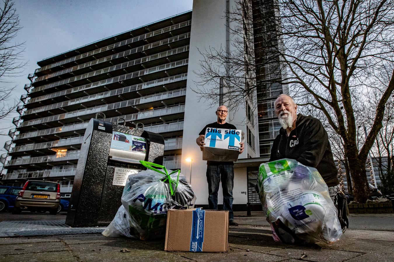 Fred Sambros (links) en Willem van de Donk uit Deventer waren boos dat er tijdens het slechte winterweer heel veel bonnen zijn uitgeschreven voor afvaldumping. Hun klacht heeft ertoe geleid dat de gemeente 80 uitgeschreven boetes schrapt.