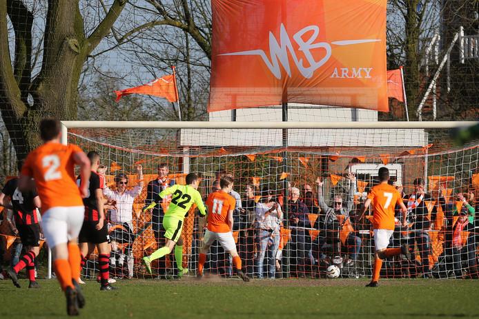 Fragment uit de drukbezochte derby tussen Moerse Boys en Zundert dit jaar