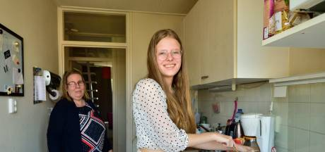 Simone (15) werkt hard in huis, maar klaagt niet over mantelzorg: 'Dat doe ik graag'