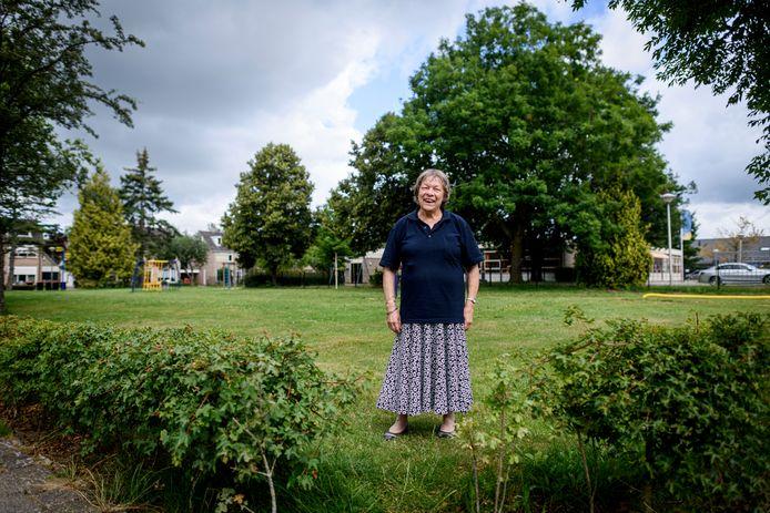Dorien van de Laar op het speelveld aan de Seringenstraat, dat ze tot haar grote opluchting heeft helpen behouden voor de wijk Letterveld.