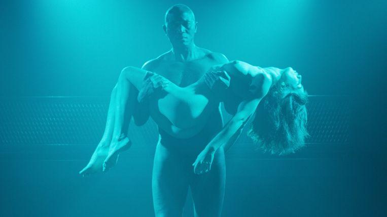 Issaka Sawadogo en Anjela Nedyalkova in 'The Paradise Suite' van Joost van Ginkel. Beeld