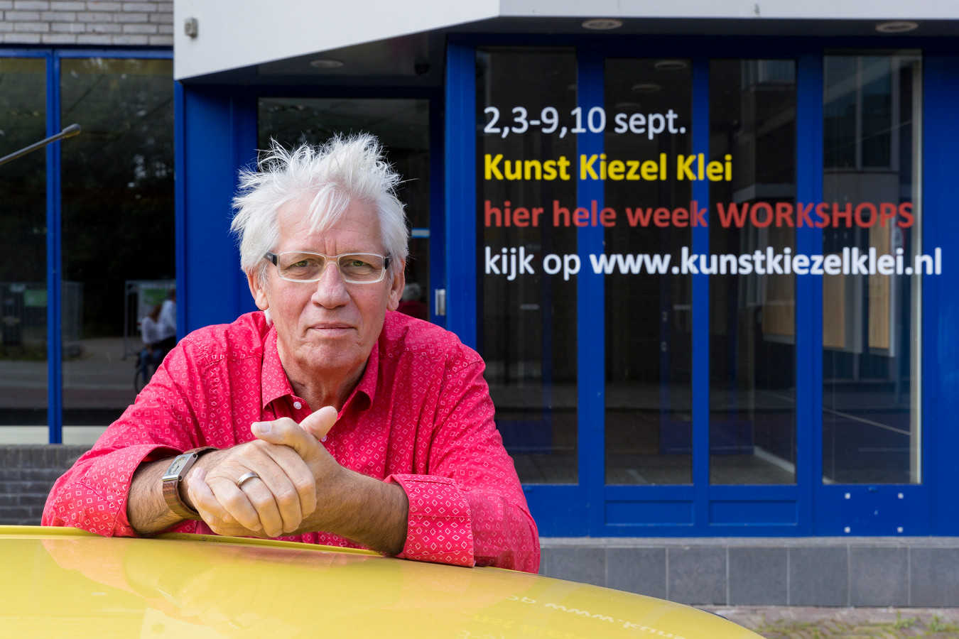De voorzitter van de stichting achter Kunst Kiezel en Klei, Hans de Wit, tijdens de editie van 2017.