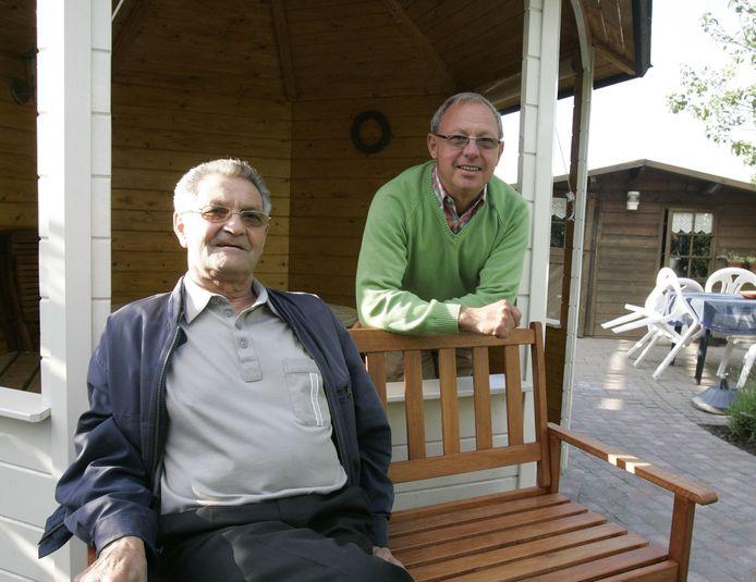 Honoré Neefs (links) met zijn broer Rudy Neefs. Beiden hebben grote verdiensten gehad voor de Zeeuws-Vlaamse sportwereld.