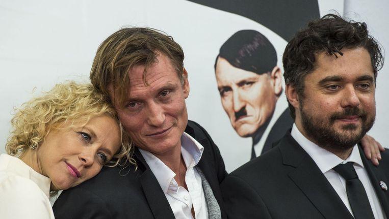 Regisseur David Wnendt (R) en de acteurs Oliver Masucci (C) en Katja Riemann (L) op de rode loper tijdens de première van
