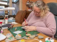Marian (49) uit Raalte beschildert stenen en verstopt ze op straat, en met haar 800 anderen: 'Je geeft zoveel aan de vinder'