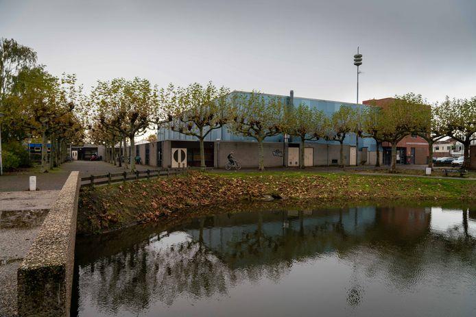 Achterzijde van sporthal De Brink, in de Huissense wijk Zilverkamp.