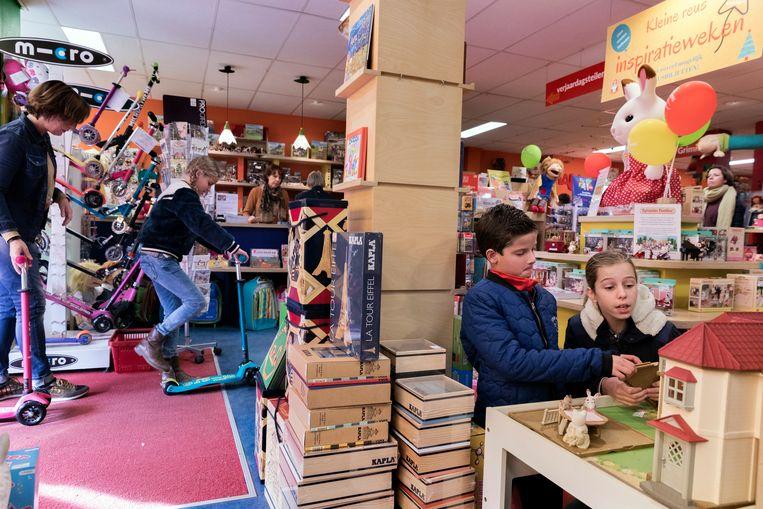 Speelgoedwinkel Kleine Reus. Links Nicolette Nuijten, achter de kassa Cora Moerman.  Beeld Inge van Mill