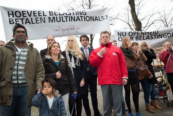 Een fluitprotest voor de Tweede Kamer tegen grootschalige belastingontwijking door multinationals.