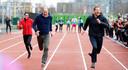 Even doorspoelen in de tijd: William, Harry en Kate nemen in 2017 samen deel aan een loopwedstrijd voor het goed doel. De sfeer zit er duidelijk in.