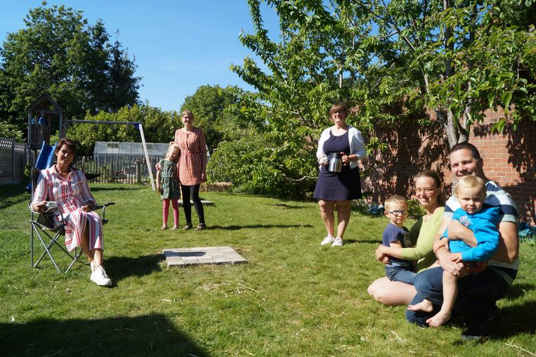 Schepen Ann Gunst, Nele Sinnaeve (Huis van het Kind) en Els Denolf (De Ploeg) samen met Aurélie Davy en Hans Pauwelyn in hun tuin.