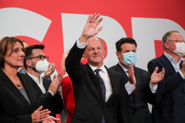 De SPD-leider Olaf Scholz triomfeert na een uitstekende campagne, waarin hij zijn overeenkomst met de afscheidnemende Angela Merkel had benadrukt.   Beeld EPA