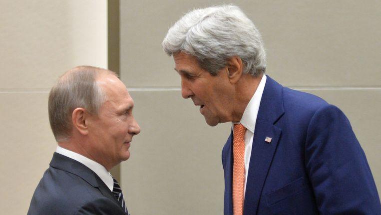 De Russische president Poetin schudt de hand van de Amerikaanse Buitenlandminister John Kerry, die vandaag alsnog met zijn Russische ambtsgenoot gaat spreken.