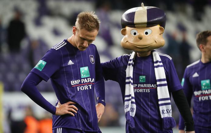 Lukasz Teodorczyk wordt getroost door de mascotte van Anderlecht.