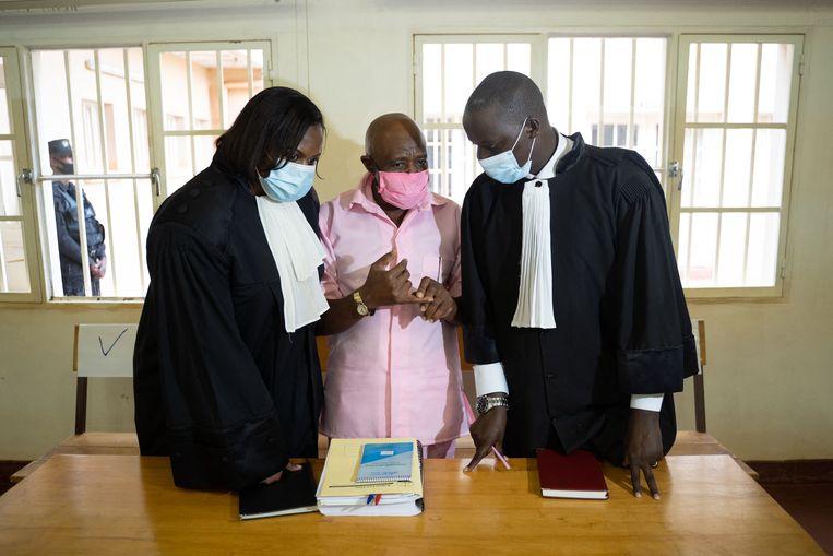 'Hotel Rwanda-held' Paul Rusesabagina te midden van zijn advocaten.  Beeld Hollandse Hoogte / AFP