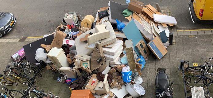 Vestia vreest, als het grof vuil straks niet meer gratis wordt opgehaald in Delft, afval-ophoping bij de wooncomplexen.