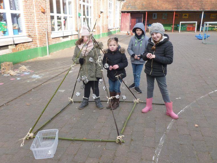 Met bamboestokken maakten de kinderen een piramide waarin ze de vetbollen hingen.