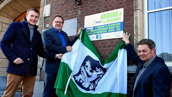 Hartwin Leen, Frank Wilrycx en Werner Pas onthullen het groene gas bord groen gas voor Merksplas. Twee jaar geleden gebeurde die overschakeling.
