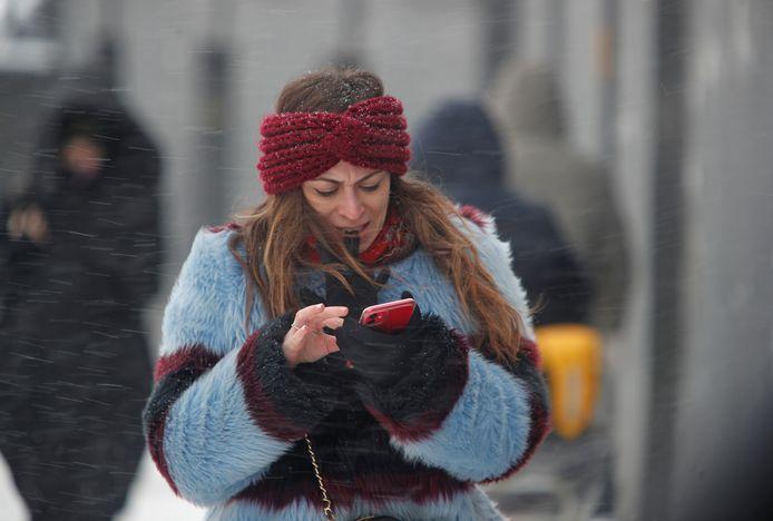 Mensen tijdens de sneeuwstorm in Moskou.