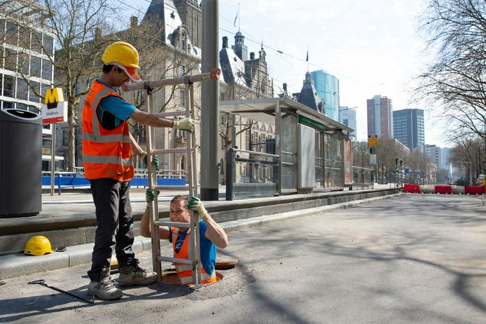 De stad is bijna tot stilstand gekomen, maar op de Rotterdamse Coolsingel dendert het werk door.