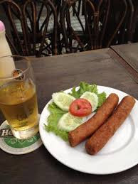 Zo krijg je Hollandse frikandel geserveerd in Bangkok. Zomerserie De Frikandel.