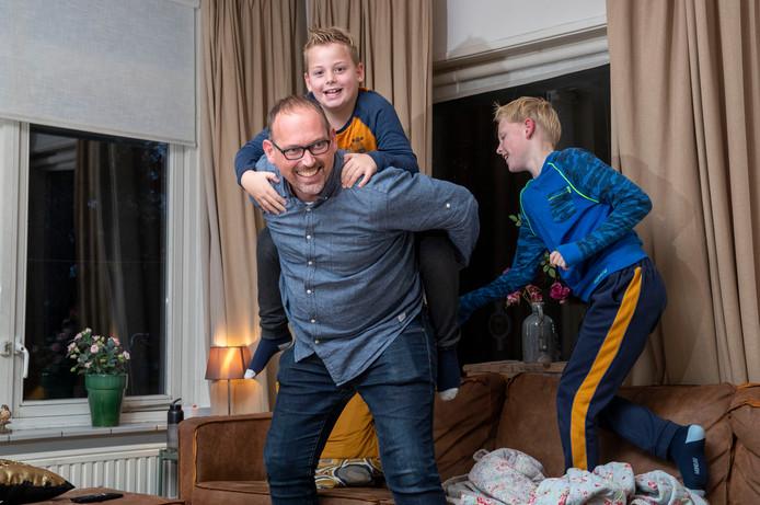 Gertjan van der Kaaden kan, dankzij zijn nieuwe nier, weer stoeien met zijn zoons.