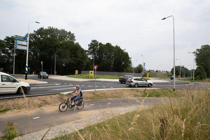 De vernieuwde rotonde, die Dichteren en De Hoop verbindt. Behalve voor fietsers en voetgangers.