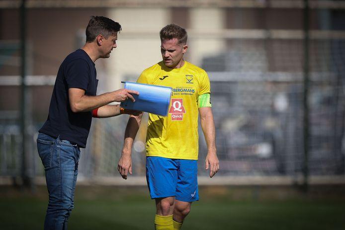 """Trainer Tomas Daumantas in overleg met Siegerd Degeling, die sinds dit seizoen de kapiteinsband draagt: """"Een aanvoerder is op het veld mede een verlengstuk van de trainer."""""""