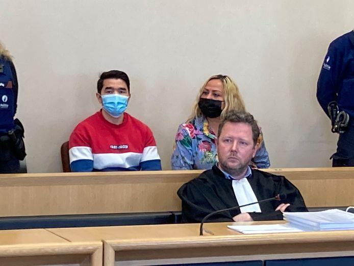Beschuldigde Zaman A., samen met zijn tolk en zijn advocaat Jan Keulen, voor het assisenhof in Tongeren.