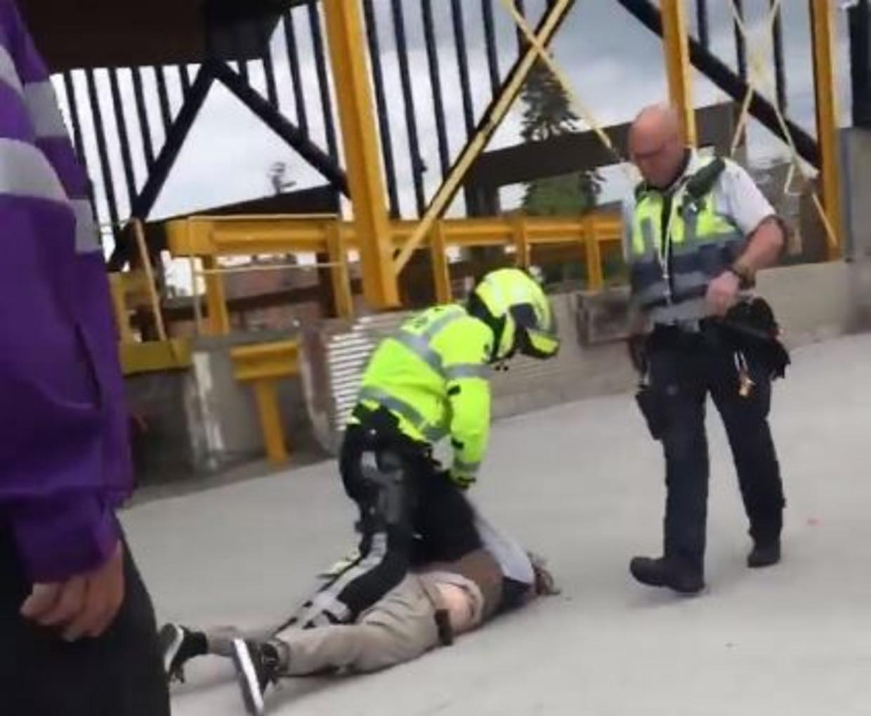 Screenshot uit het filmpje dat een incident registreert in Roeselare tussen een politieman en een jongeman die geen mondmasker draagt of weigert dat te doen. Beeld RV