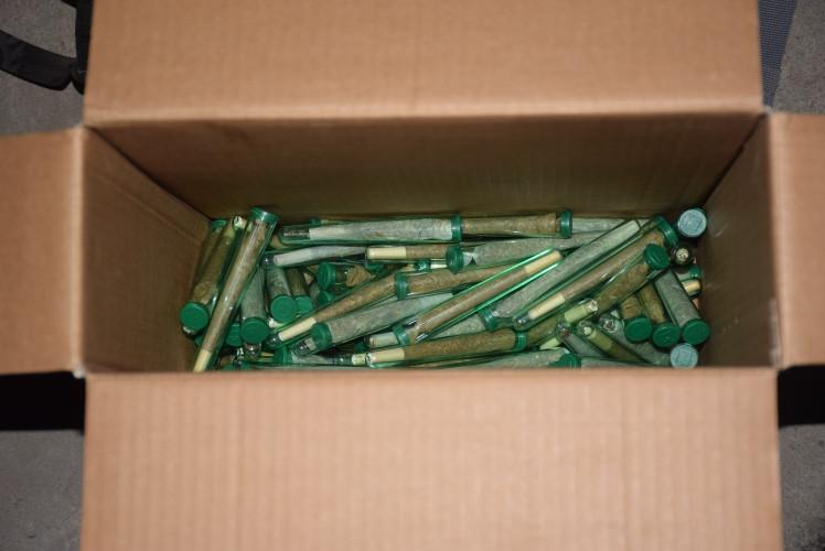 De politie trof een kilo xtc-pillen, 451 flesjes met verdovende middelen en 128 gram marihuana aan