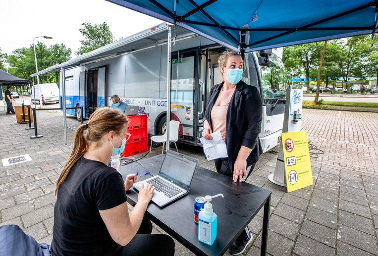 Een vaccinatiebus van de GGD in Zaandam. 'De discussie over wat we aan maatregelen toelaatbaar vinden', zegt viroloog Marion Koopmans, 'is wat mij betreft voor een later moment, als het vaccinatieprogramma nagenoeg compleet is.' Beeld Raymond Rutting / de Volkskrant
