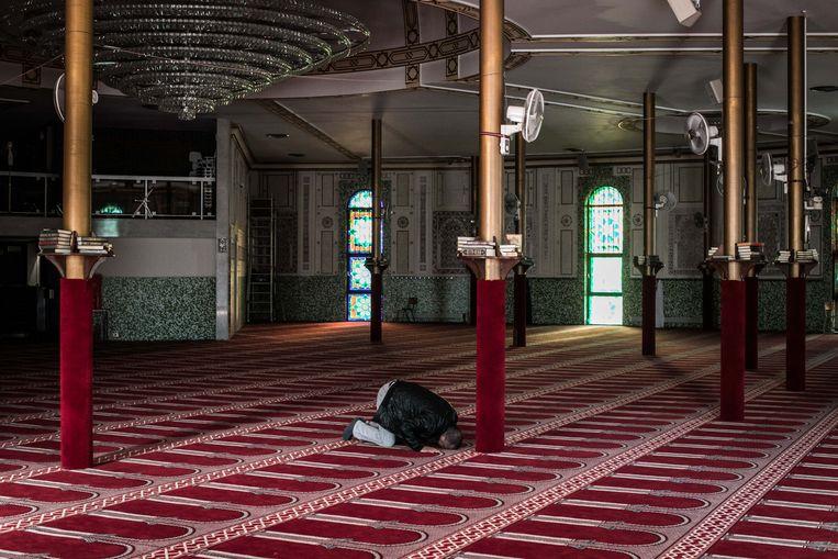 Een gelovige in de Grote Moskee Beeld BAS BOGAERTS