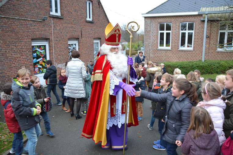 De kinderen vormden een erehaag voor de Sint.