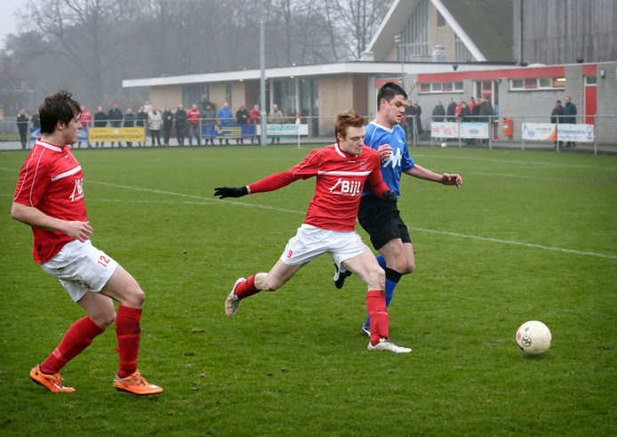 Gesta-speler Frits Verheijen in duel met Jeffrey Moelands van Chaam. Foto: